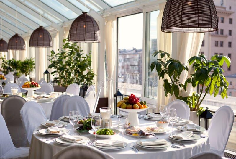 Ajuste de la tabla en restaurante Tabla, fruta y vidrios blancos de la canción de la recepción nupcial foto de archivo libre de regalías