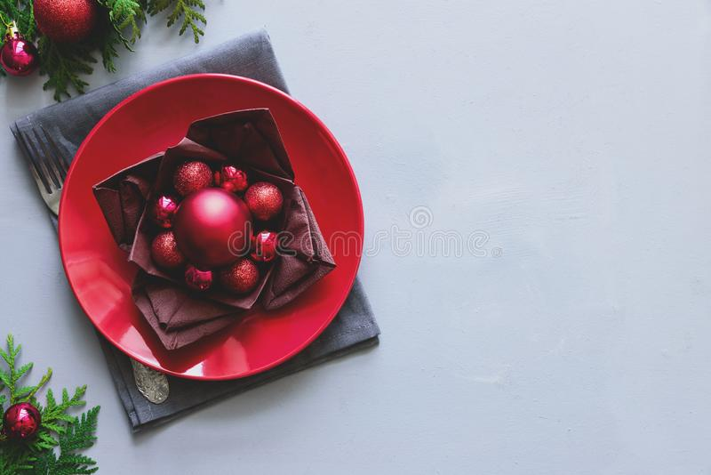 Ajuste de la tabla de la Navidad en fondo de madera gris Concepto de las decoraciones del día de fiesta imágenes de archivo libres de regalías