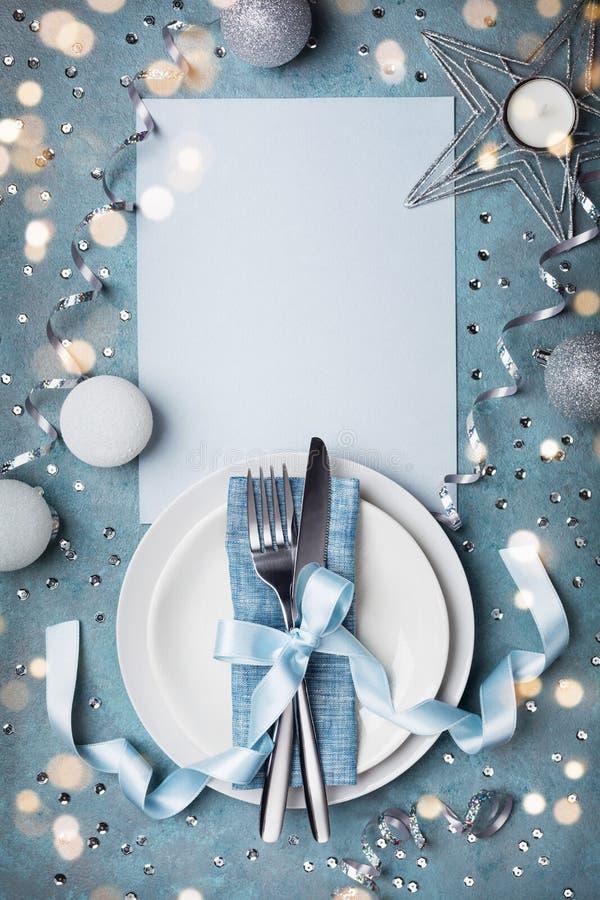 Ajuste de la tabla de la Navidad para la opinión superior de la cena del día de fiesta Espacio en blanco de papel vacío con el es foto de archivo libre de regalías