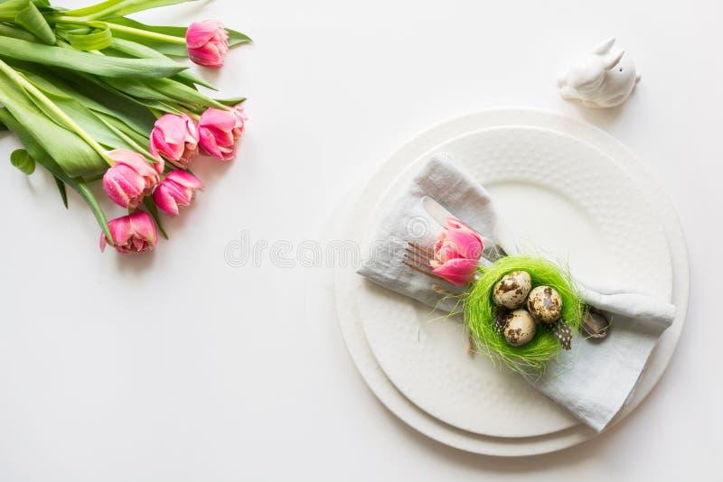 Ajuste de la tabla de Pascua con el tulipán rosado en blanco Cena romántica de la primavera Visión superior y espacio para el tex fotos de archivo