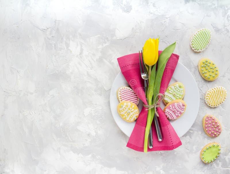 Ajuste de la tabla de Pascua con las flores de la primavera imágenes de archivo libres de regalías