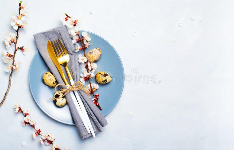 Ajuste de la tabla de Pascua con los huevos y las ramas de codornices en el flor, fondo de los d?as de fiesta de la primavera imágenes de archivo libres de regalías