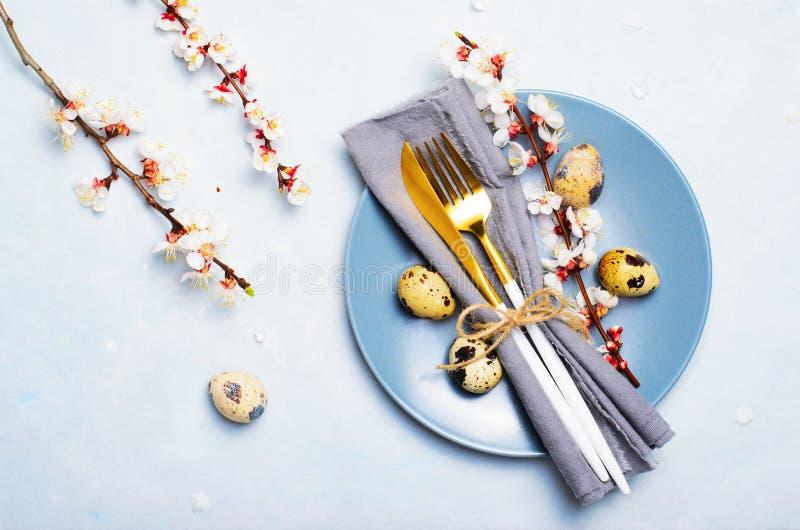 Ajuste de la tabla de Pascua con los huevos y las ramas de codornices en el flor, fondo de los d?as de fiesta de la primavera imagen de archivo libre de regalías