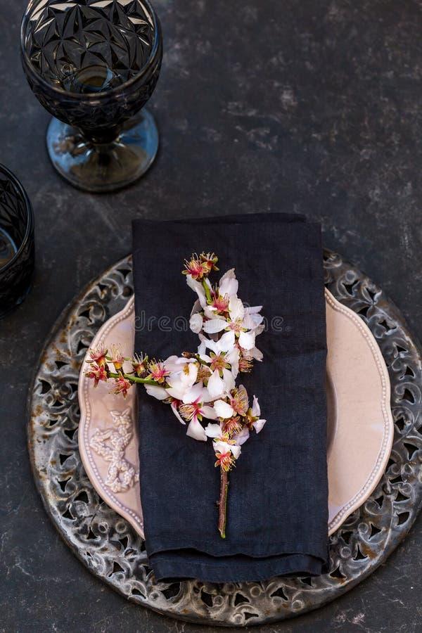 Ajuste de la tabla de la primavera con la rama floreciente de la almendra imagen de archivo