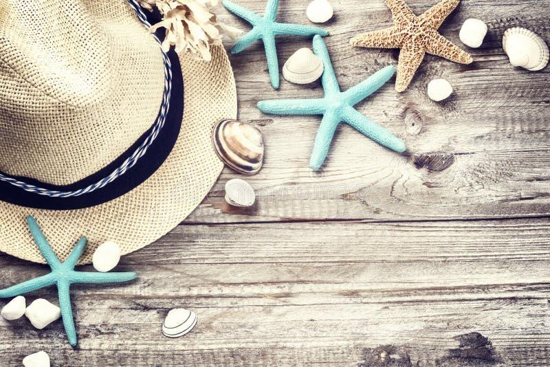 Ajuste de las vacaciones de verano con el sombrero y las conchas marinas de paja imágenes de archivo libres de regalías