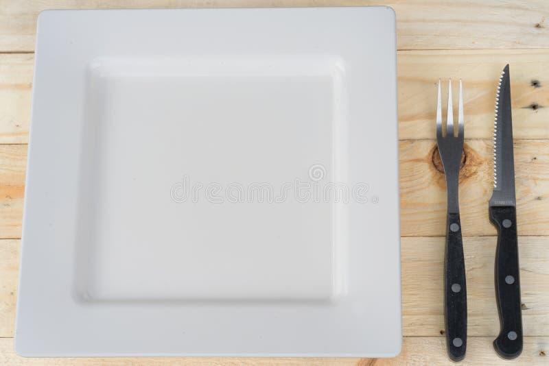 Ajuste de lugar com placa, faca, forquilha e colher no branco fotos de stock royalty free