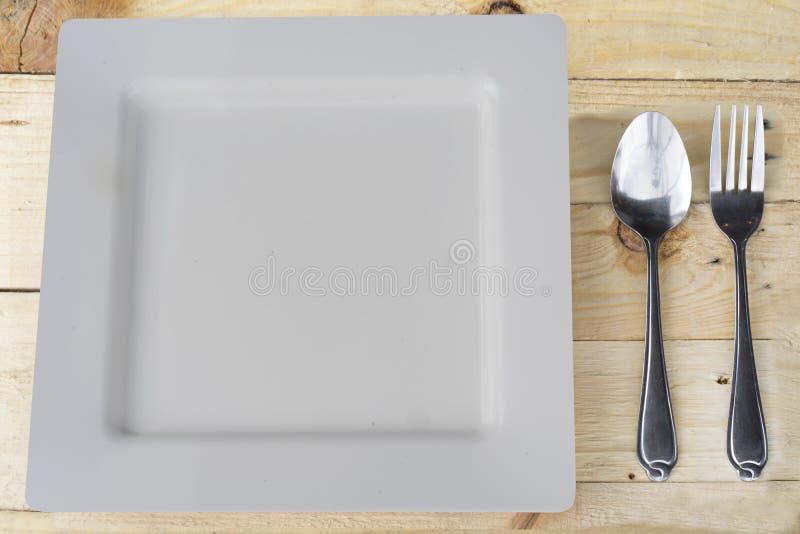 Ajuste de lugar com placa, forquilha e colher no branco imagens de stock royalty free