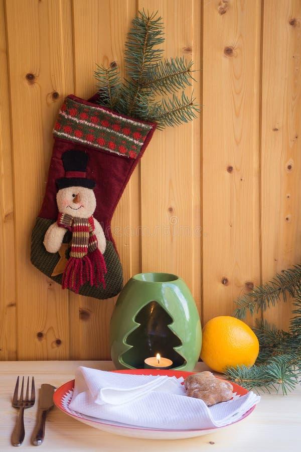 Ajuste de lugar com placas de jantar, guardanapo da tabela do Natal, cutelaria, abeto foto de stock