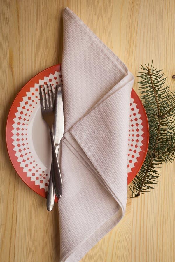 Ajuste de lugar com placas de jantar, guardanapo da tabela do Natal, cutelaria, abeto foto de stock royalty free