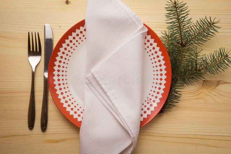 Ajuste de lugar com placas de jantar, guardanapo da tabela do Natal, cutelaria, abeto imagem de stock