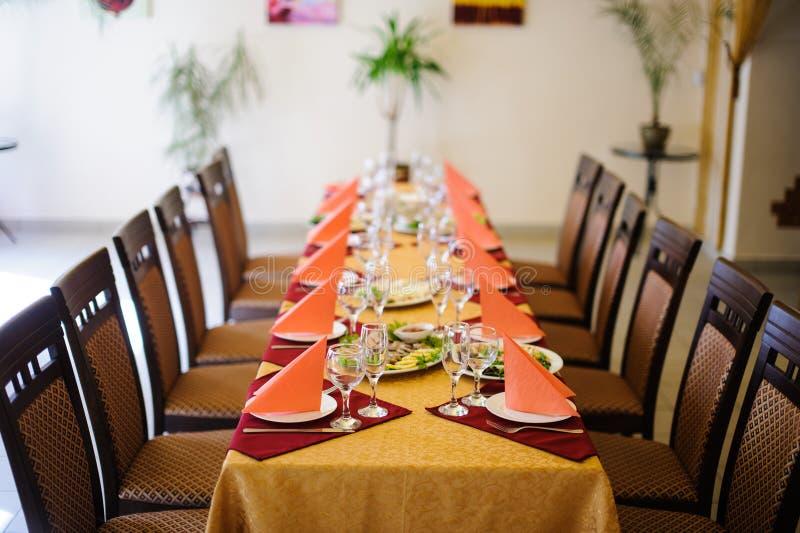 Ajuste de lugar da tabela de jantar do restaurante imagem de stock