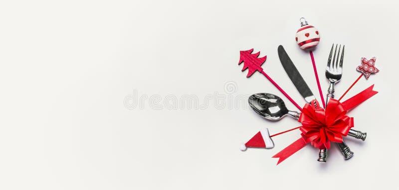 Ajuste de lugar da tabela do Natal com cutelaria, a fita vermelha e a decoração com espaço da cópia no fundo branco da mesa, vist imagens de stock royalty free