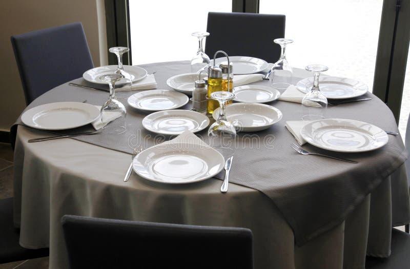 Ajuste de lugar da tabela de jantar do restaurante com guardanapo e copo de vinho foto de stock royalty free