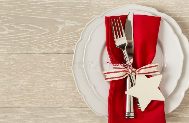 Ajuste de lugar do ajuste da tabela de jantar do Natal Decorações festivas da casa do feriado fotografia de stock royalty free