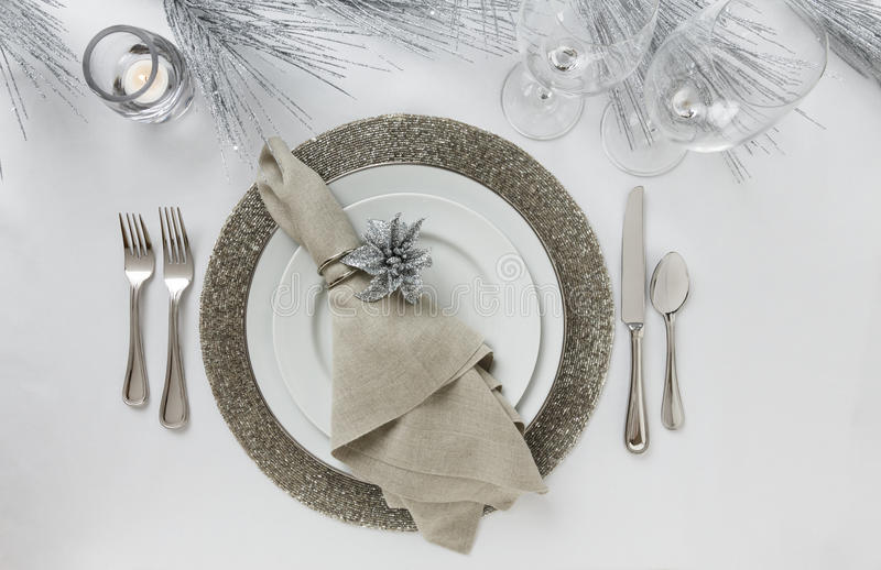 Ajuste de lugar do feriado elegante da véspera ou do Natal do ` s do ano novo Decoração fina da mesa de jantar foto de stock royalty free