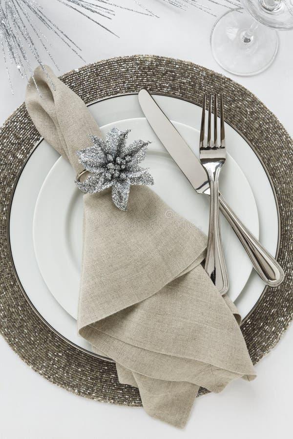 Ajuste de lugar do feriado elegante da véspera ou do Natal do ` s do ano novo Decoração fina da mesa de jantar fotografia de stock