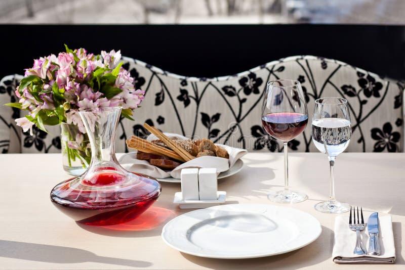 Ajuste de lugar fino da tabela de jantar do restaurante foto de stock royalty free