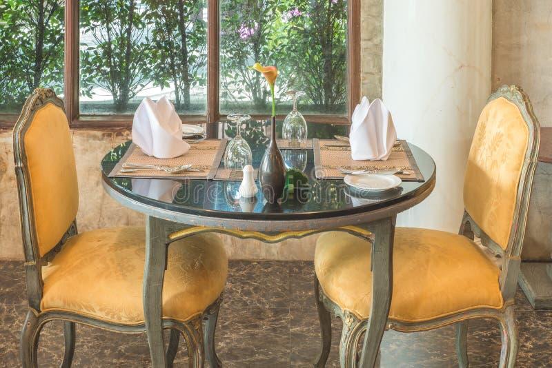 Ajuste de lugar fino da tabela de jantar do restaurante: guardanapo & copo de vinho fotos de stock royalty free