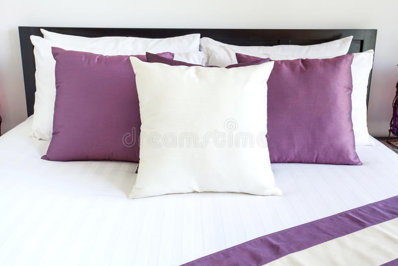 Ajuste de lujo del sitio con la cama y las almohadas imagen de archivo