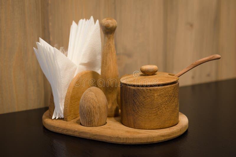 Ajuste de madera de la tabla de los utensilios de la cocina imagenes de archivo