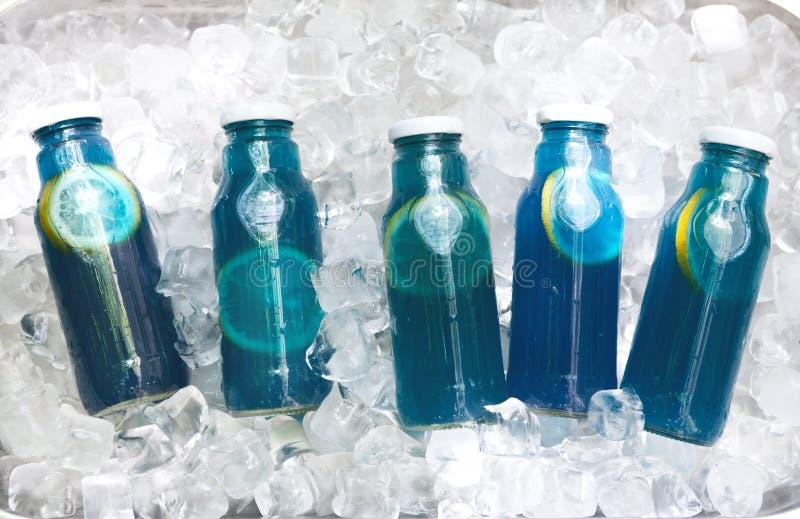 Ajuste de refrescar a limonada azul da desintoxicação com o limão no frasco de vidro foto de stock