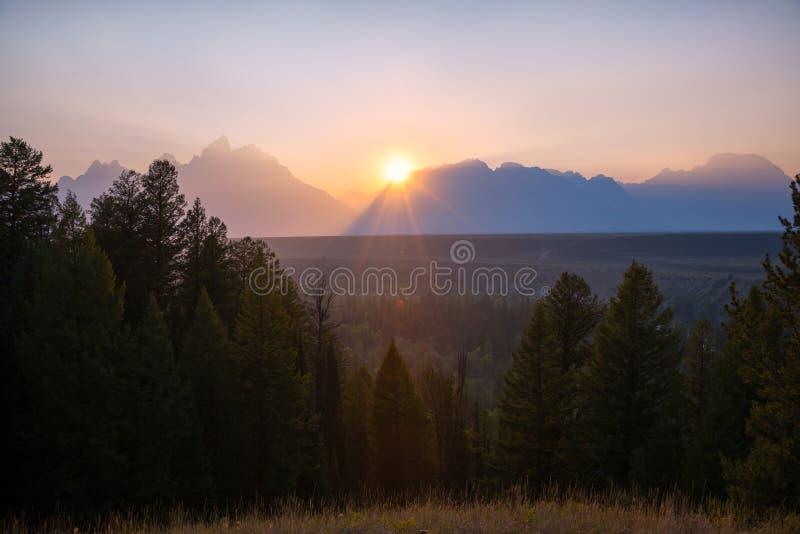 Ajuste de Sun atrás da cordilheira grande de Teton imagens de stock