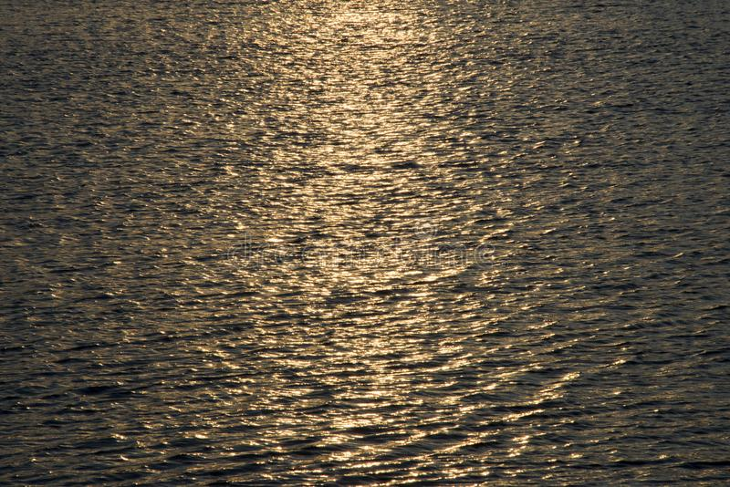 Ajuste de Sun na água ondulada fotos de stock