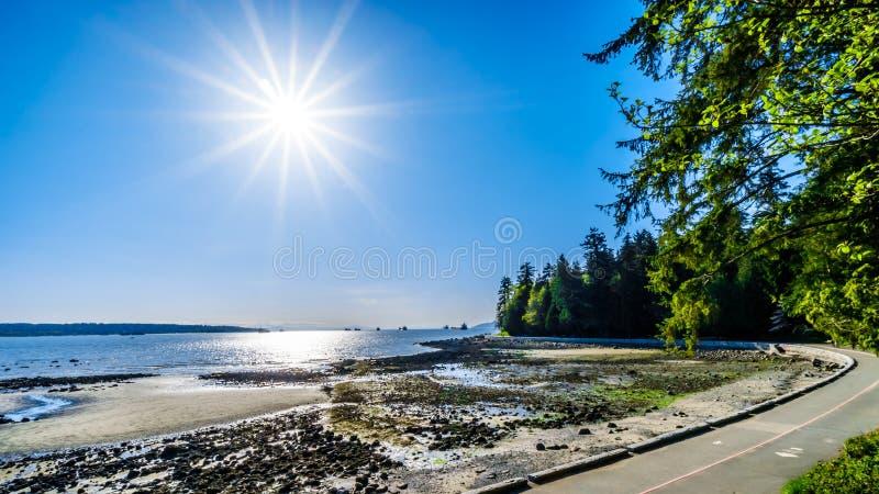 Ajuste de Sun sobre bahía inglesa y entrada de Burrard en Vancouver, A.C., Canadá foto de archivo