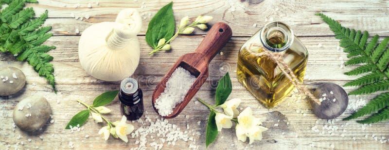 Ajuste del balneario con aceite esencial y flores del jazmín Estafa de la salud fotos de archivo libres de regalías