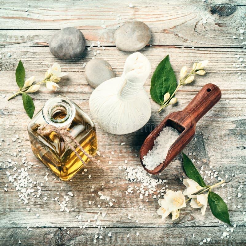 Ajuste del balneario con aceite esencial y flores del jazmín Estafa de la salud imagen de archivo