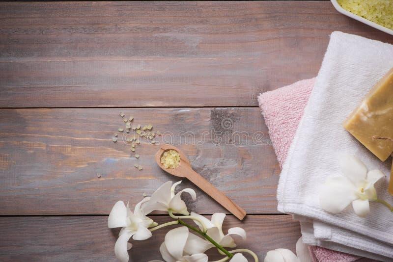 Ajuste del balneario con la orquídea, cuchara, toalla, jabón, piedras de la sal en viejo w imagen de archivo libre de regalías