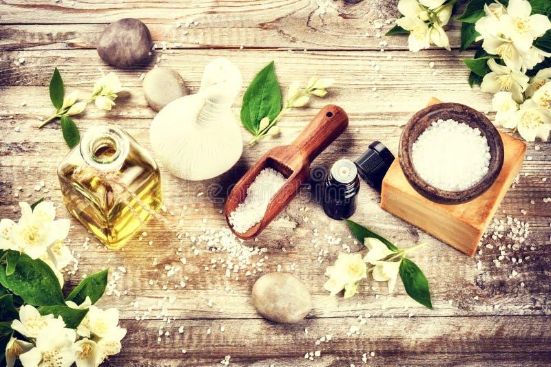 Ajuste del balneario con las flores del jazmín y el aceite esencial Estafa de la salud foto de archivo