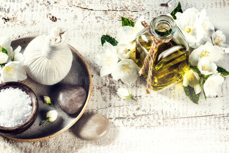 Ajuste del balneario con las flores del jazmín y el aceite esencial Estafa de la salud imagen de archivo