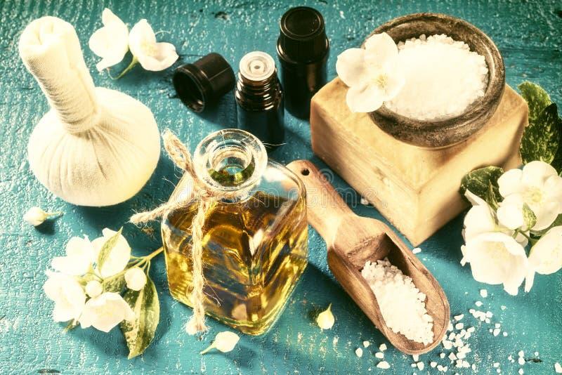 Ajuste del balneario con las flores del jazmín y el aceite esencial Estafa de la salud imagenes de archivo