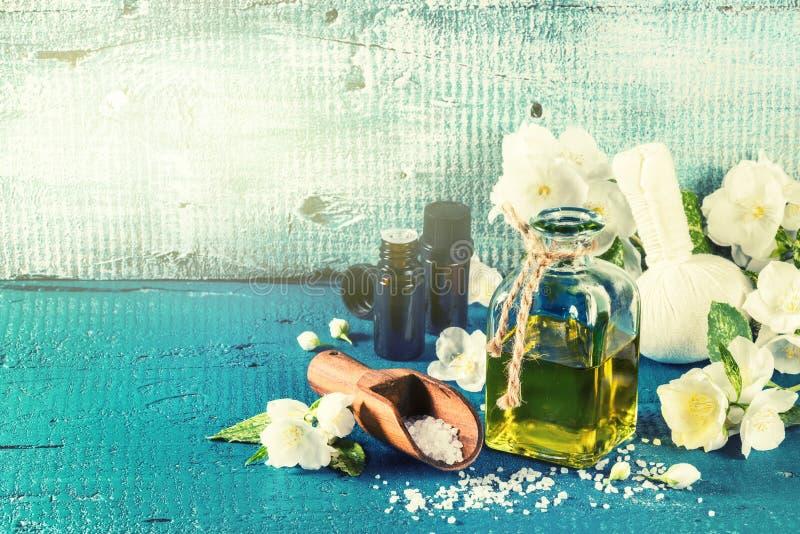 Ajuste del balneario con las flores del jazmín y el aceite esencial Estafa de la salud foto de archivo libre de regalías