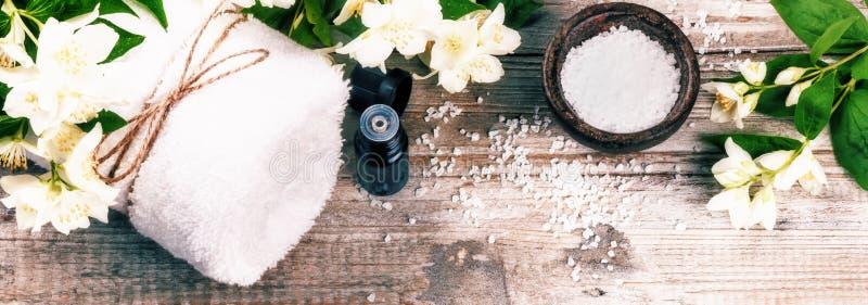 Ajuste del balneario con las flores del jazmín y el aceite esencial Estafa de la salud imagen de archivo libre de regalías