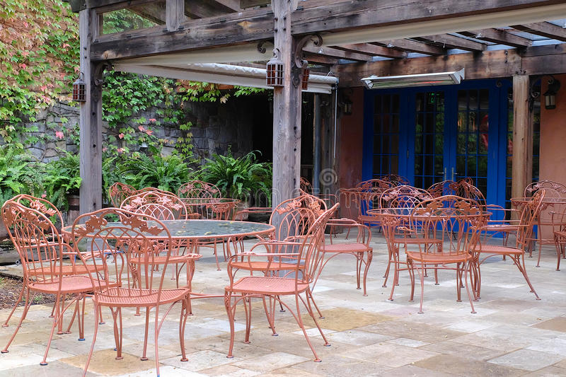 Ajuste del patio con las tablas y las sillas fotos de archivo