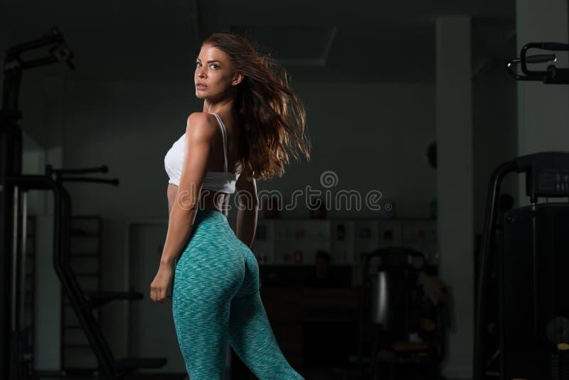 Ajuste desportivo novo Posing modelo fêmea caucasiano fotografia de stock