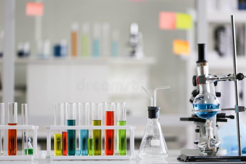 Ajuste do desenvolvimento químico e da farmácia do tubo no conceito da tecnologia do laboratório, da bioquímica e da pesquisa imagens de stock royalty free