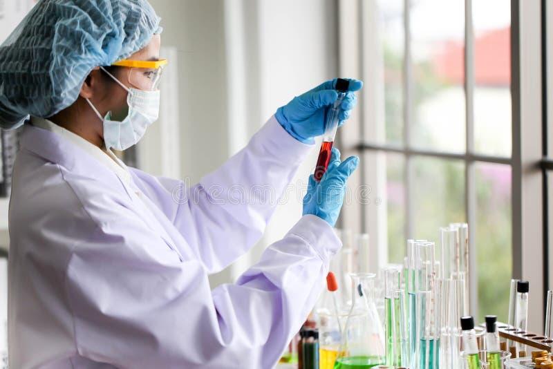 Ajuste do desenvolvimento químico e da farmácia do tubo no conceito da tecnologia do laboratório, da bioquímica e da pesquisa foto de stock