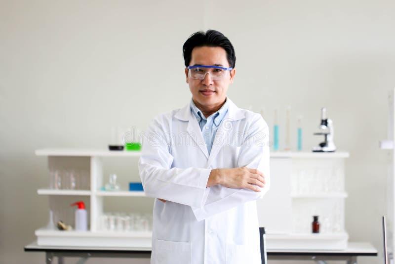 Ajuste do desenvolvimento químico e da farmácia do tubo no conceito da tecnologia do laboratório, da bioquímica e da pesquisa fotos de stock