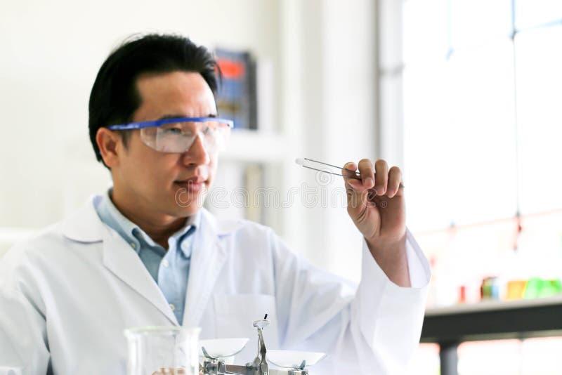 Ajuste do desenvolvimento químico e da farmácia do tubo no conceito da tecnologia do laboratório, da bioquímica e da pesquisa foto de stock royalty free