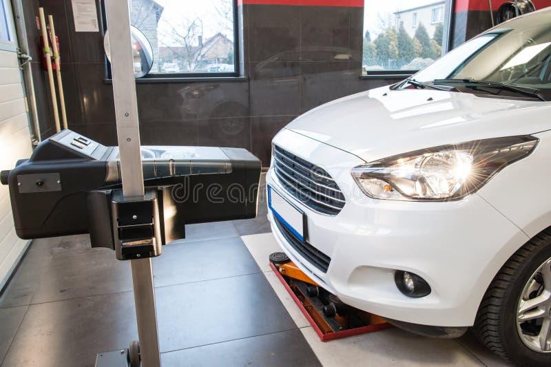 Ajuste do farol em um carro por um serviço autorizado foto de stock royalty free