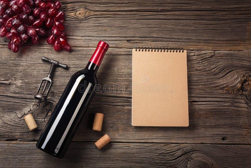 Ajuste do jantar do feriado com vinho tinto e presente na madeira rústica Vista superior com espaço para seus cumprimentos imagem de stock