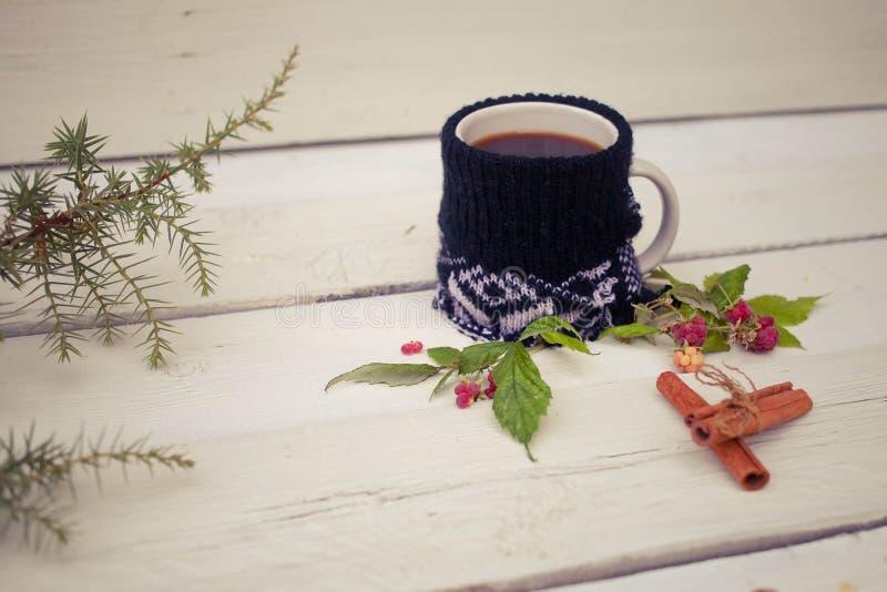 Ajuste do Natal com a caneca feita malha de café em um de madeira rústico foto de stock royalty free