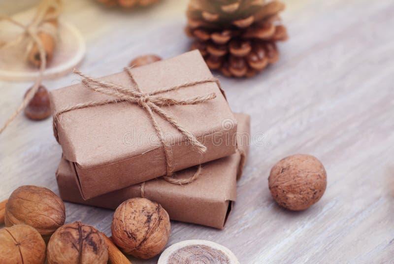 Ajuste do Natal com presentes envolvidos, as porcas festivas tradicionais e os cones do pinho Vista aérea com copyspace fotografia de stock royalty free
