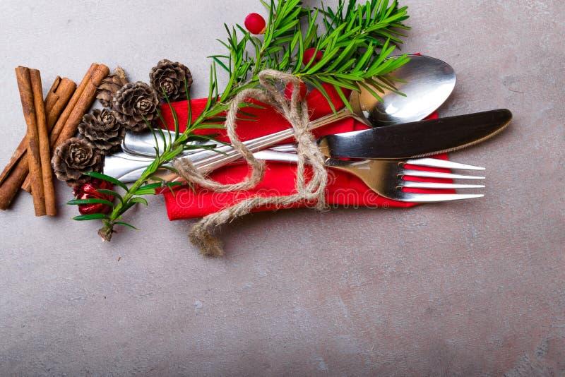 Ajuste do Natal e da tabela do feriado do ano novo Ajuste de lugar da celebração para decorações do jantar Copie o espaço Vista s imagem de stock