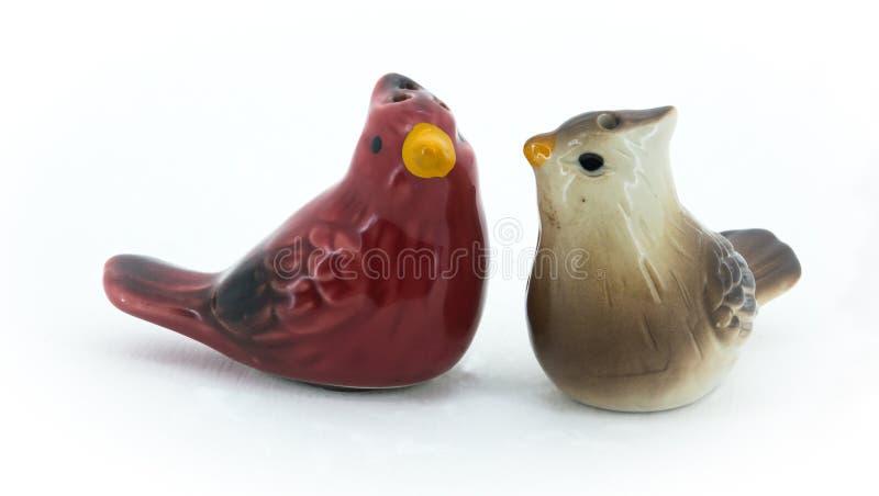 Ajuste do sal e da pimenta na forma de pássaros cardinais fotos de stock royalty free