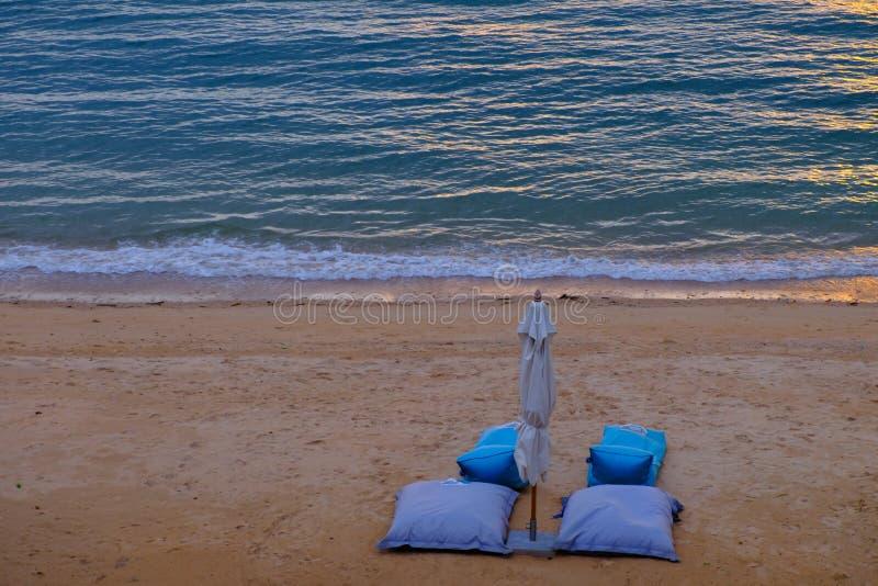 Ajuste do sofá da praia de dois azuis na praia fotos de stock