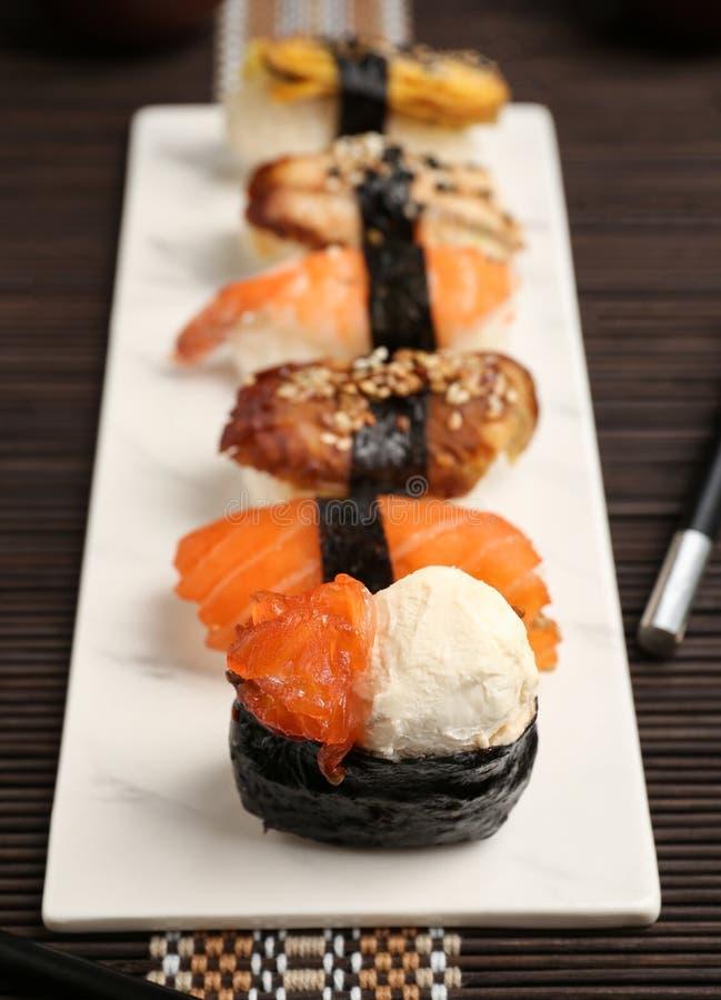 Ajuste do sushi saboroso na placa fotografia de stock royalty free